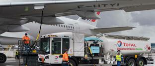 Flugzeug wird mit nachhaltigem Kraftstoff betankt