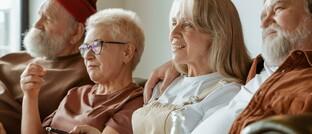 Zwei Seniorenpaare