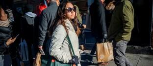 Frau mit Einkaufstasche in New York