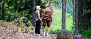 Rentnerpaar im Wald