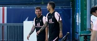 Lionel Messi (links) mit Vereinskamerad Leandro Paredes auf dem Trainingsgelände von Paris Saint-Germain