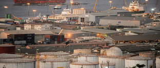 Öltanker vor der Küste von Luanda, der Hauptstadt Angolas