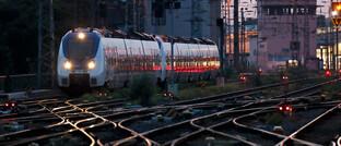 Zug und Gleise am Kölner Hauptbahnhof