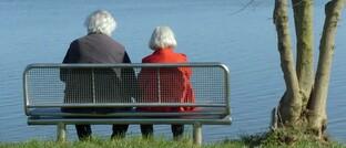 Zwei Rentnerinnen am Ufer der Eider im nordfriesischen in Toenning