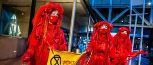 """Aktivisten der Klimaschutz-Bewegung """"Extinction Rebellion"""" protestieren vor einem Gerichtsgebäude in Den Haag, Niederlande"""