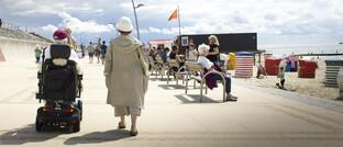 Rentnerinnen auf der Strandpromenade von Nordseebad Borkum