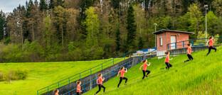 Frauen joggen auf einem Hügel