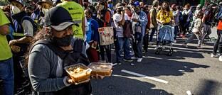 Menschen in Buenos Aires demonstrieren gegen Armut und für höhere Mindeslöhne