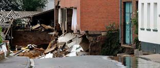 Unterspülte und teilweise eingestürzte Häuser in Erftstadt-Blessem (NRW)