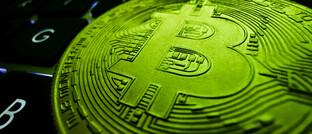 Bitcoin auf Computer-Tastatur (Symbolbild)