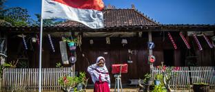 Am indonesischen Unabhängigkeitstag grüßt coronabedingt eine Schülerin per Videoschalte ihre Klasse