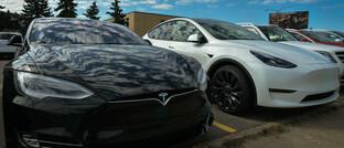 Zwei Tesla-Autos