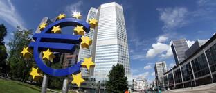 Euro-Symbol vor dem Sitz der Europäischen Zentralbank in Frankfurt