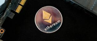 Symbolischer Ether-Coin und und elektronische Grafikkarten (Symbolbild)