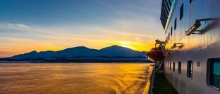 Ein Hurtigrutenschiff nähert sich Tromso in Nordnorwegen