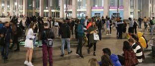 Junge Menschen nachts auf dem Berliner Alexanderplatz