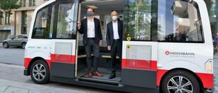 Hamburgs Bürgermeister Peter Tschentscher (rechts) und Hochbahn-Chef Henrik Falk im selbstständig fahrenden Kleinbus Heat