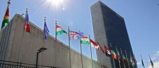 Flaggen unterschiedlicher Länder vor dem UN-Hauptquartier in New York