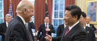 US-Präsident Joe Biden und Chinas Präsident Xi Jinping scherzen im Oval Office des Weißen Hauses in Washington