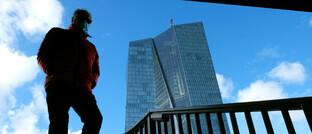 Spaziergänger vor der Europäischen Zentralbank EZB