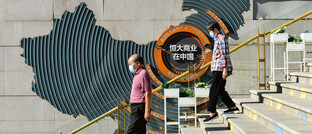 Fußgänger am Evergrande City Square in Peking