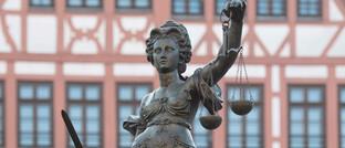 Justitia mit Waage und Schwert