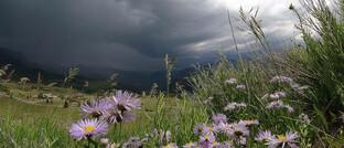 Ein Unwetter braut sich über dem Flughafen in Telluride, Colorado/USA zusamen