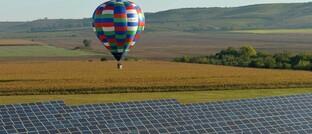 Heißluftballon überfliegt Solarpark