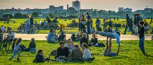 Entspannte Menschen auf dem Tempelhofer Feld in Berlin