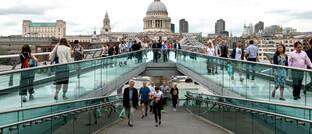Touristen in London auf der Millennium Bridge