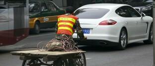 An einer Straßenecke in Peking treffen Wirtschaftsepochen aufeinander