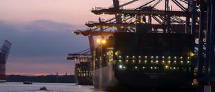 Im Hamburger Hafen wird rund um die Uhr gearbeitet